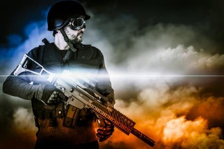 escudo militar: soldado de asalto con el rifle en las nubes apocal�pticas