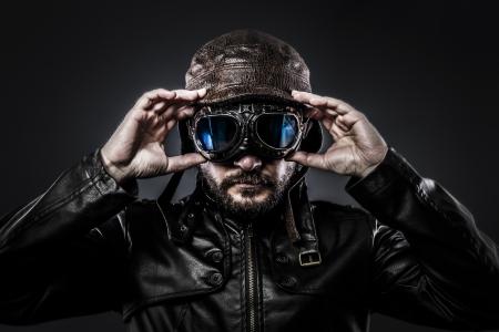 fighter pilot: atractivo piloto de combate con sombrero y gafas de �poca