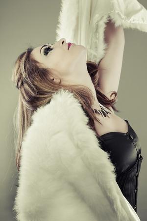 stole: Sensual y bella mujer española con el pelo largo y rubio, estola de piel