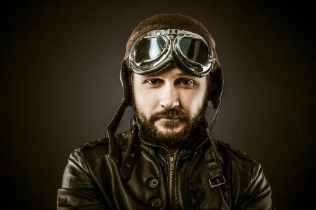 avion de chasse: Fier, pilote de chasse avec chapeau et lunettes �poque, style vintage Banque d'images