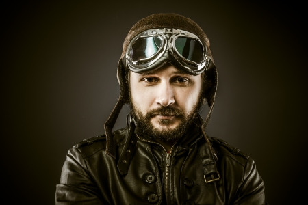 piloto: Orgulloso, piloto de combate con sombrero y gafas de �poca, estilo vintage