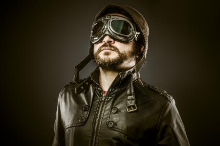 fighter pilot: Orgulloso, piloto de combate con sombrero y gafas de �poca, vintage Foto de archivo
