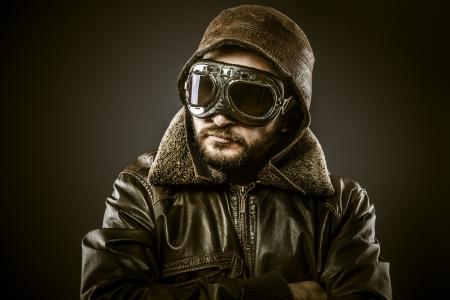 fighter pilot: Piloto de caza con sombrero y gafas de �poca, vintage