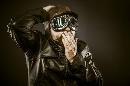 fighter pilot: Piloto de combate sorprendido con sombrero y gafas de �poca