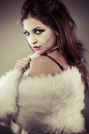 stole: Hermosa mujer latina robó blanco de la mirada Foto de archivo