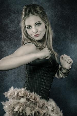 robo: rubia bailarina española, bailando en una discoteca