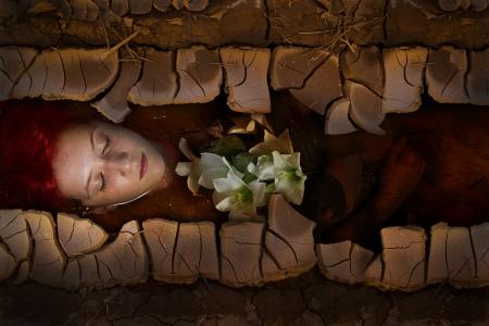 ahogarse: Joven mujer se ahogan en una representaci�n po�tica, chica del pelo rojo