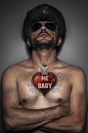 tattoed: Tatuaje del coraz�n, sexy polic�a, el hombre con gorra y gafas, tattoed Foto de archivo
