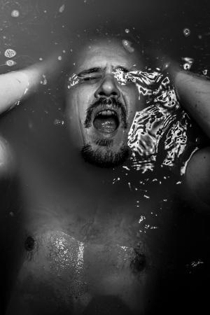 disdain: La soledad, el concepto de hombre suicida con gran tristeza, problemas, desprecio Foto de archivo