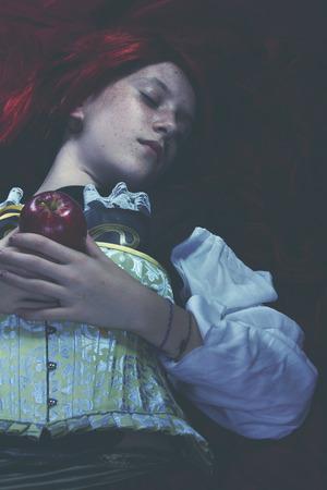 ahogarse: Joven mujer se ahogan en una representaci�n po�tica. arte de la fantas�a