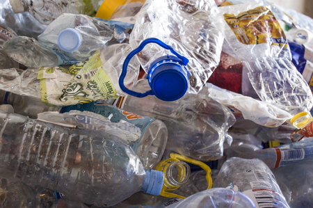 separacion de basura: Planta de reciclaje. Proceso de separaci�n de basura, pl�sticos, latas, metales, org�nicos planta de reciclaje de residuos en Espa�a