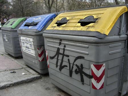 separacion de basura: Contenedores de basura, la industria de procesamiento y separaci�n de pl�stico, cart�n y residuos org�nicos en Espa�a