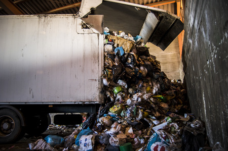 separacion de basura: Planta de reciclaje. Proceso de separaci�n de basura, pl�sticos, latas, metales, plantas de reciclaje de residuos org�nicos en Espa�a Editorial