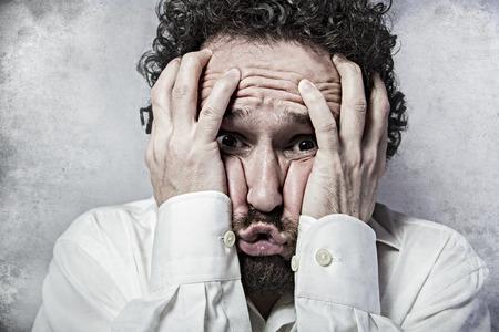 nerveux: La peur, l'homme en chemise blanche avec des expressions dr�les