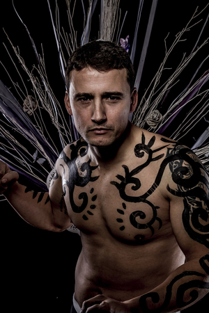 tattoed: Tattoed. Joven modelo retro atractiva en la antigua tribu salvaje ropa. Tattoo. El hombre nativo salvaje