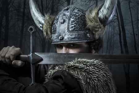 guerrero: Defensa, guerrero vikingo, hombre vestido con estilo B�rbaro con la espada, con barba