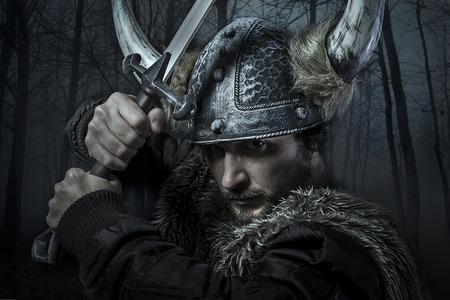 バイキングの戦士、男性ひげを生やした剣で野蛮なスタイルに身を包んだ