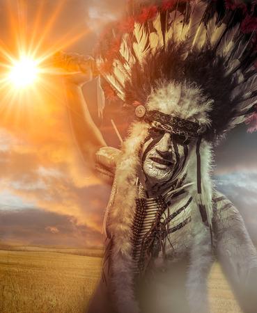 インディアンの戦士、部族の長です。フェザー ヘッドドレスとトマホークを持つ男 写真素材