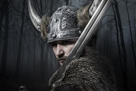 Zwaard, Viking krijger met helm over vintage getextureerde