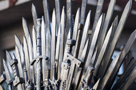 rycerz: tron z mieczami w średniowiecznym jarmarku Zdjęcie Seryjne