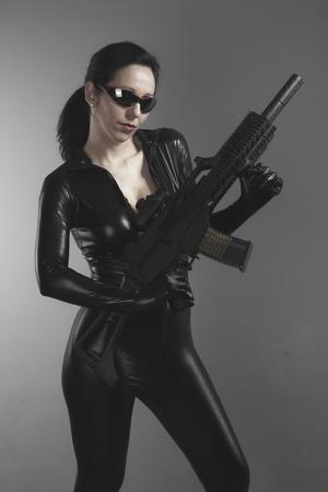 machine-gun: Machinegeweer, Brunette vrouw met enorme kogelvrij vest en pistool