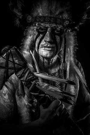 Jefe indio americano con gran tocado de plumas, guerrero Foto de archivo
