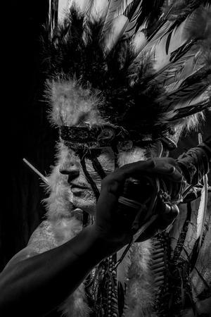 capo indiano: Capo indiano americano con la grande copricapo di piume, guerriero Archivio Fotografico