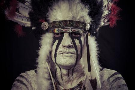 Ureinwohner, Indianer Häuptling mit großen Federschmuck Standard-Bild - 28233181