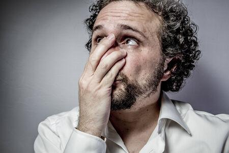 rostro hombre: cara triste, el hombre con expresi�n intensa, camisa blanca