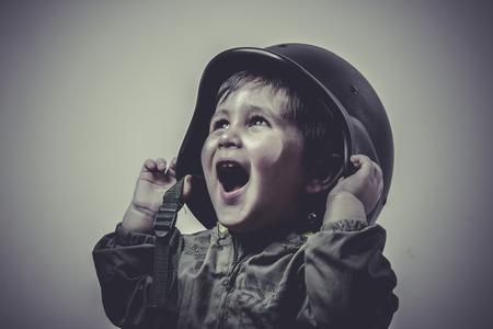 wojenne: jednolite, zabawne i śmieszne dziecko ubrane w czapce wojskowej, gry gry wojenne