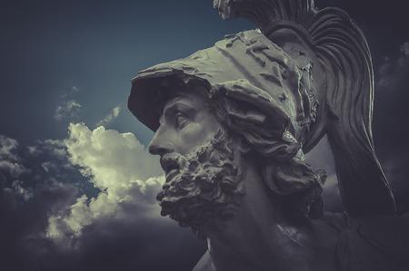 Generale Pericle, sculture greche su sfondo nuvole