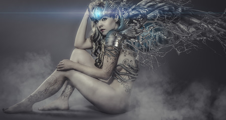 nudo di donna: donna nuda con ali di ferro e metallo, scena artistica con effetti gotici