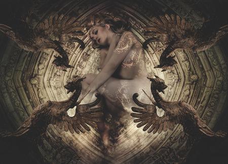 Nackte Frau auf einer Etage mit gotischen Renaissance-Skulpturen liegen Standard-Bild - 29749793