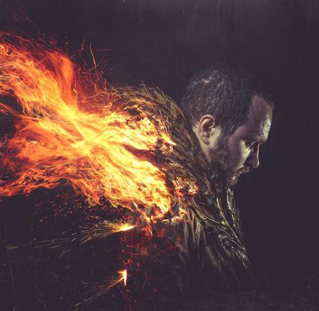 demonio: ángel caído, el hombre de la chaqueta con plumas de oro en las alas y el fuego