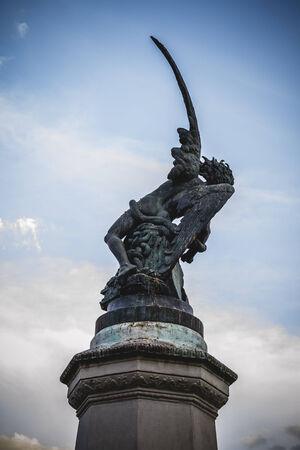 gargouilles: retiro, diable figure, sculpture en bronze avec des gargouilles et des monstres d�moniaques Banque d'images
