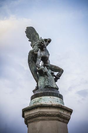 gargouilles: chim�re, diable figure, sculpture en bronze avec des gargouilles et des monstres d�moniaques Banque d'images