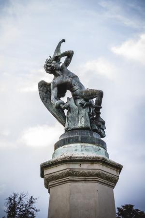gargouilles: ange d�chu, diable figure, sculpture en bronze avec des gargouilles et des monstres d�moniaques