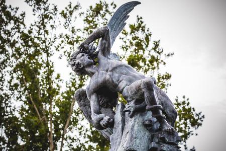 gargouilles: tuteur, diable figure, sculpture en bronze avec des gargouilles et des monstres d�moniaques Banque d'images