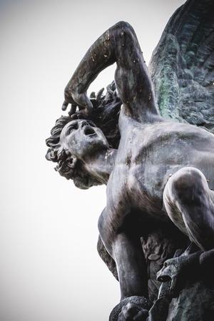demonio: diablo figura, escultura de bronce con gárgolas demoníacas y monstruos Foto de archivo