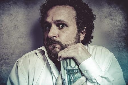 Enregistrer, homme d'affaires avare, économiser de l'argent, l'homme en chemise blanche avec des expressions drôles Banque d'images - 32659558