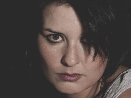mujer golpeada: la desesperaci�n, el concepto de mujer vulnerable de abuso psicol�gico, joven y bella morena