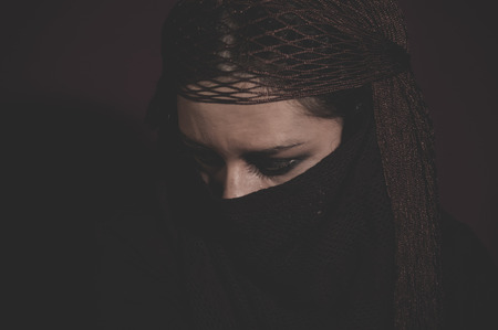 burka: hijab, donna in velo tradizionale islamico, burka, bella e sguardo profondo