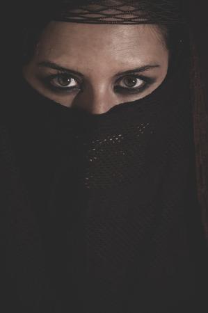 burka: Donna in velo tradizionale islamico, burka, bella e sguardo profondo