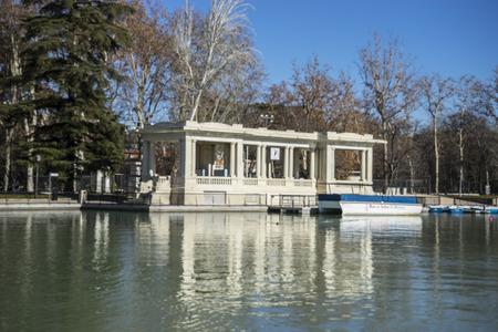 parque del buen retiro: Pier, Lake in Retiro park, Madrid Spain Stock Photo