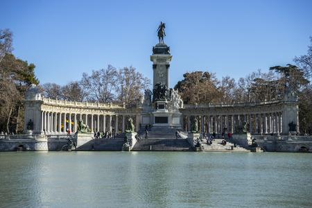 parque del buen retiro: History, Lake in Retiro park, Madrid Spain