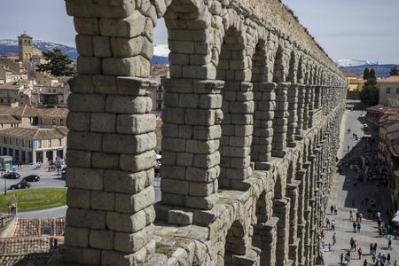 declared: Turista, acquedotto romano di Segovia. monumento architettonico dichiarato patrimonio dell'umanit� e di interesse internazionale dall'UNESCO