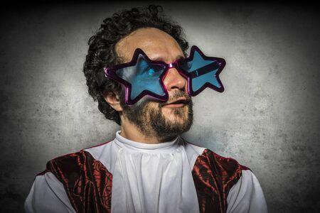 calvo: Feo, Sorpresa, hombre estúpido con gafas gestos graciosos y fiesta ridícula