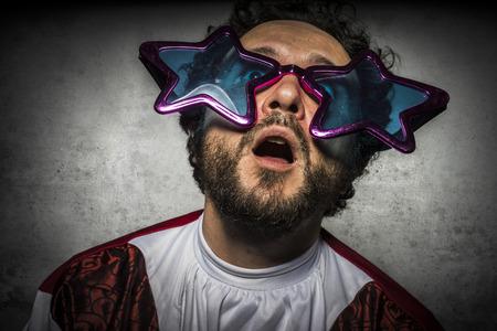 bald: Foolish hombre, estúpido con gafas gestos graciosos y fiesta ridícula