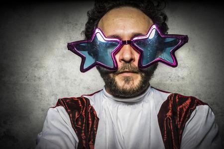 calvo: Parody, hombre estúpido con gafas gestos graciosos y fiesta ridícula