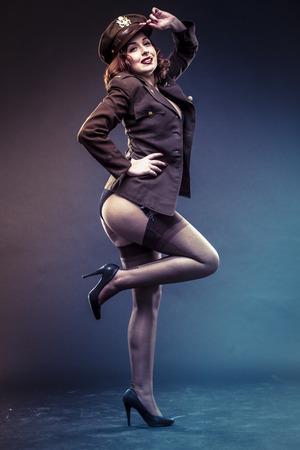 estrellas  de militares: modelo de la muchacha en la era de la ropa atractiva de la Segunda Guerra Mundial